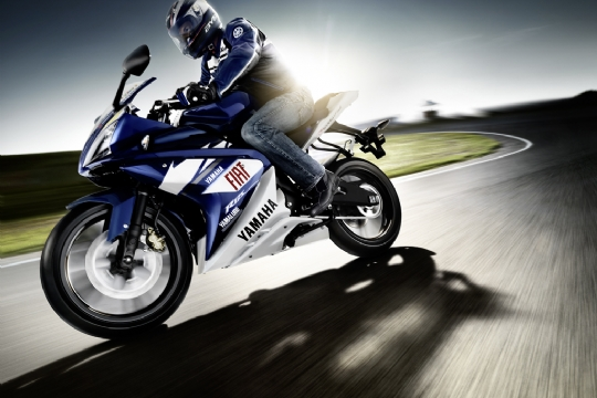 2009-yamaha-YZF-R125-MotoGP-Race-Replica-action-04