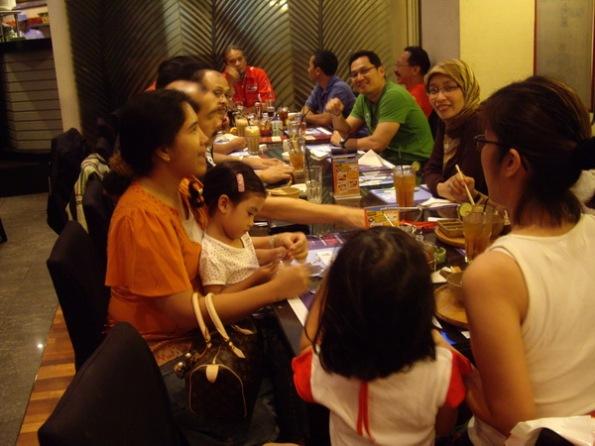 Komunitas DDOCI kumpul bersama keluarga. Grace paling kanan.